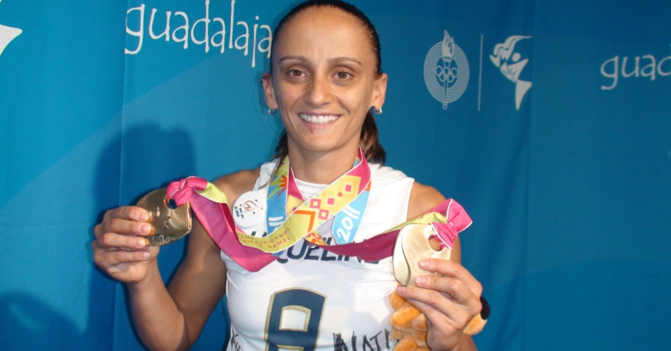 Líbero Fabi mostra orgulhosa a medalha de ouro obtida no Pan (21/10/2011)