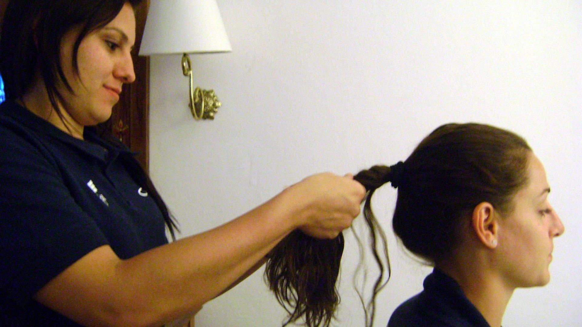 Mayara faz tranças no cabelo de Duda antes da partida do Brasil