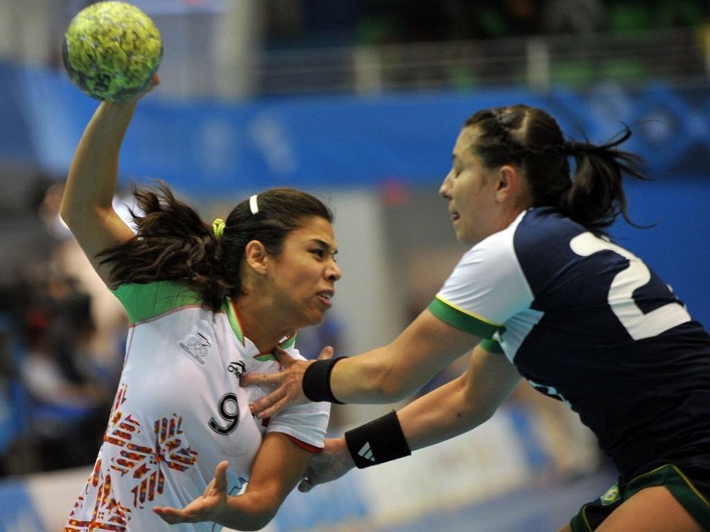 Mayara tenta conter o ímpeto da rival mexicana na semifinal do Pan (21/10/2011)