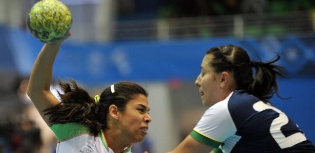 Mayara tenta conter o ímpeto da rival mexicana na semi do Pan, vencida pelo Brasil