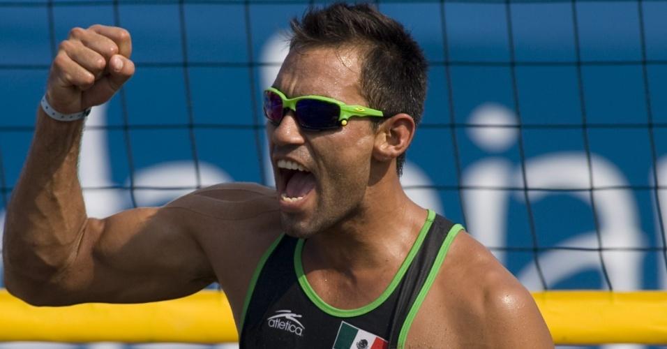 Mexicano Juan Virgen a vitória de sua dupla no vôlei de praia em Guadalajara