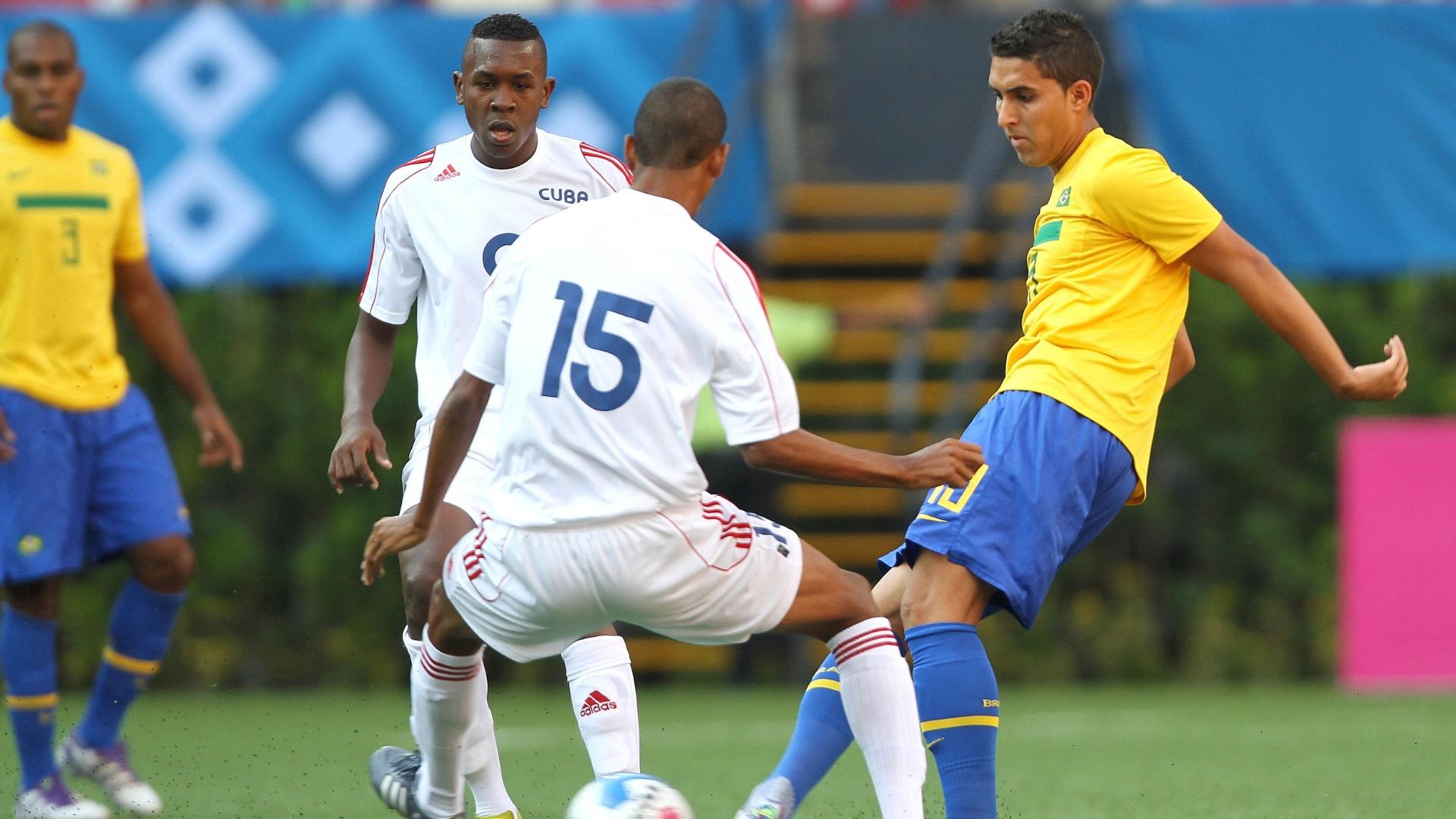 O brasileiro Rodrigo Frauches toca a bola antes da chegada do cubano Adrian Diz, em Guadalajara (21/10/2011)