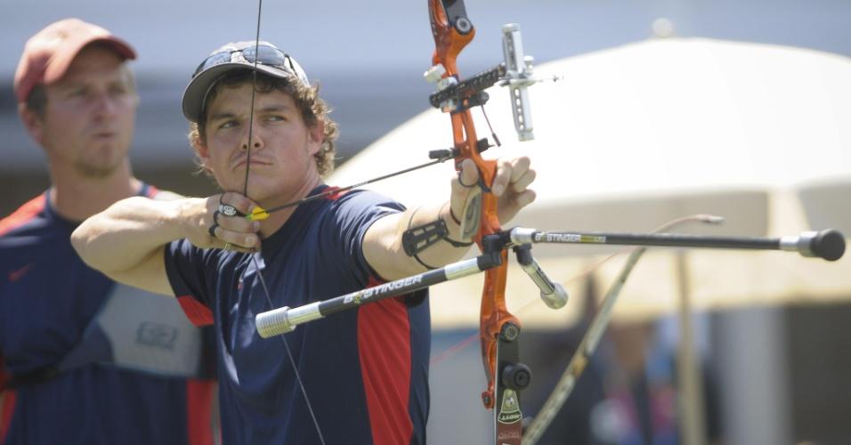 O norte-americano Jake Kamiski mostra muito charme durante sua participação no tiro com arco no Pan