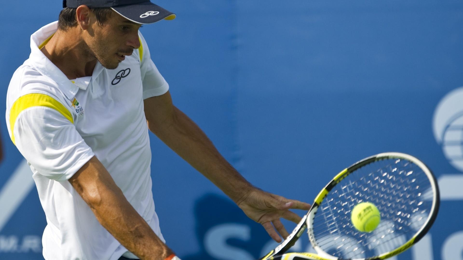 O tenista brasileiro Rogério Dutra retorna bola do equatoriano Julio Campozano durante a semifinal do Pan de Guadalajara