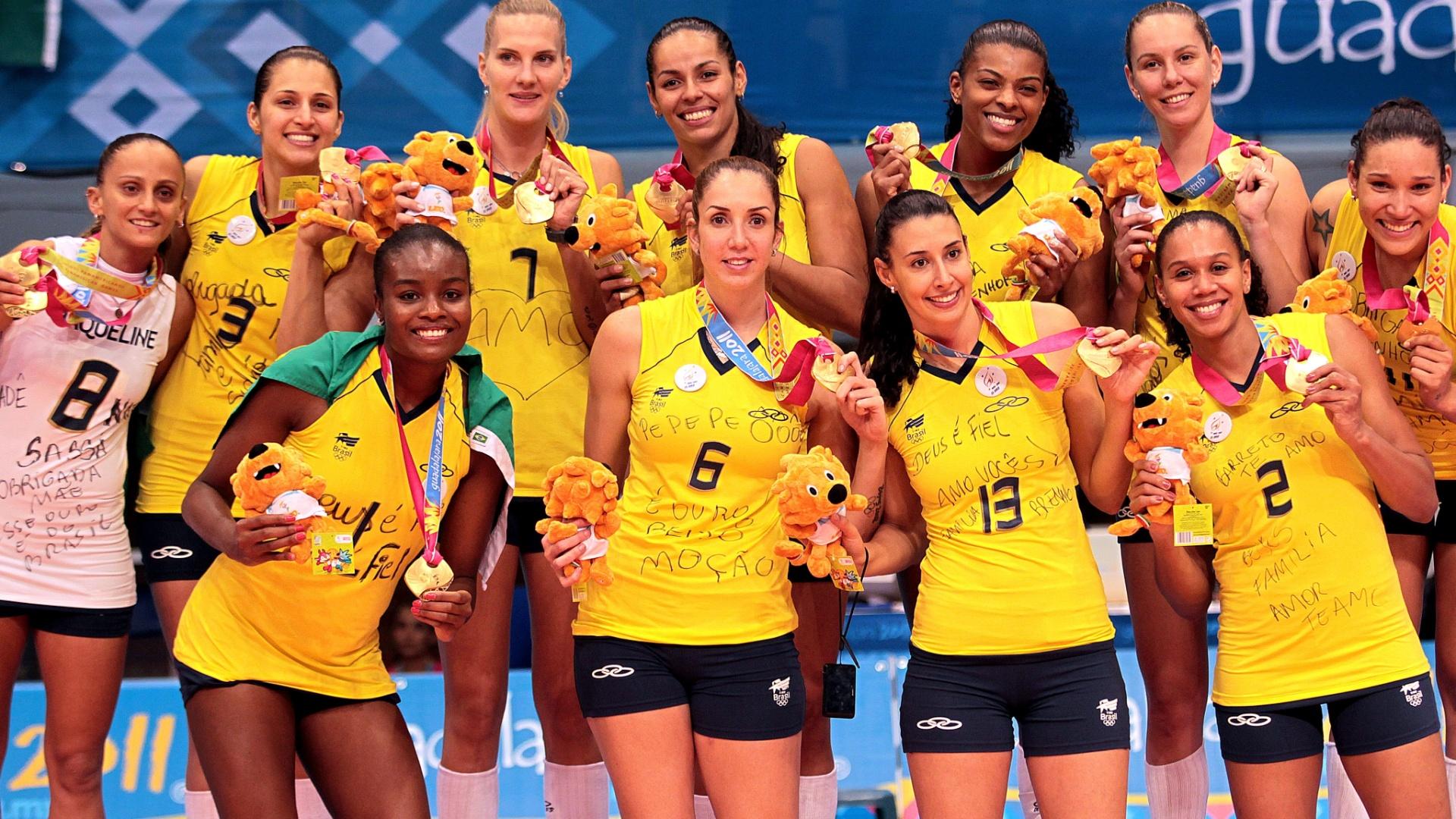 Seleção brasileira mostra medalha de ouro após subir ao pódio no Pan de Guadalajara (21/10/2011)