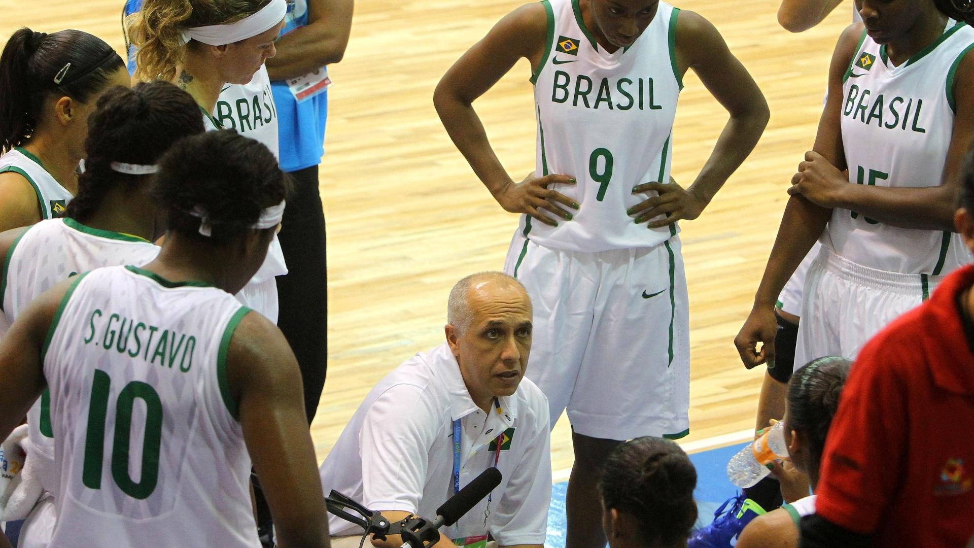 Sem bigode, treinador Enio Vecchi comanda seleção brasileira na vitória sobre o Canadá pela estreia do Pan (21/10/2011)
