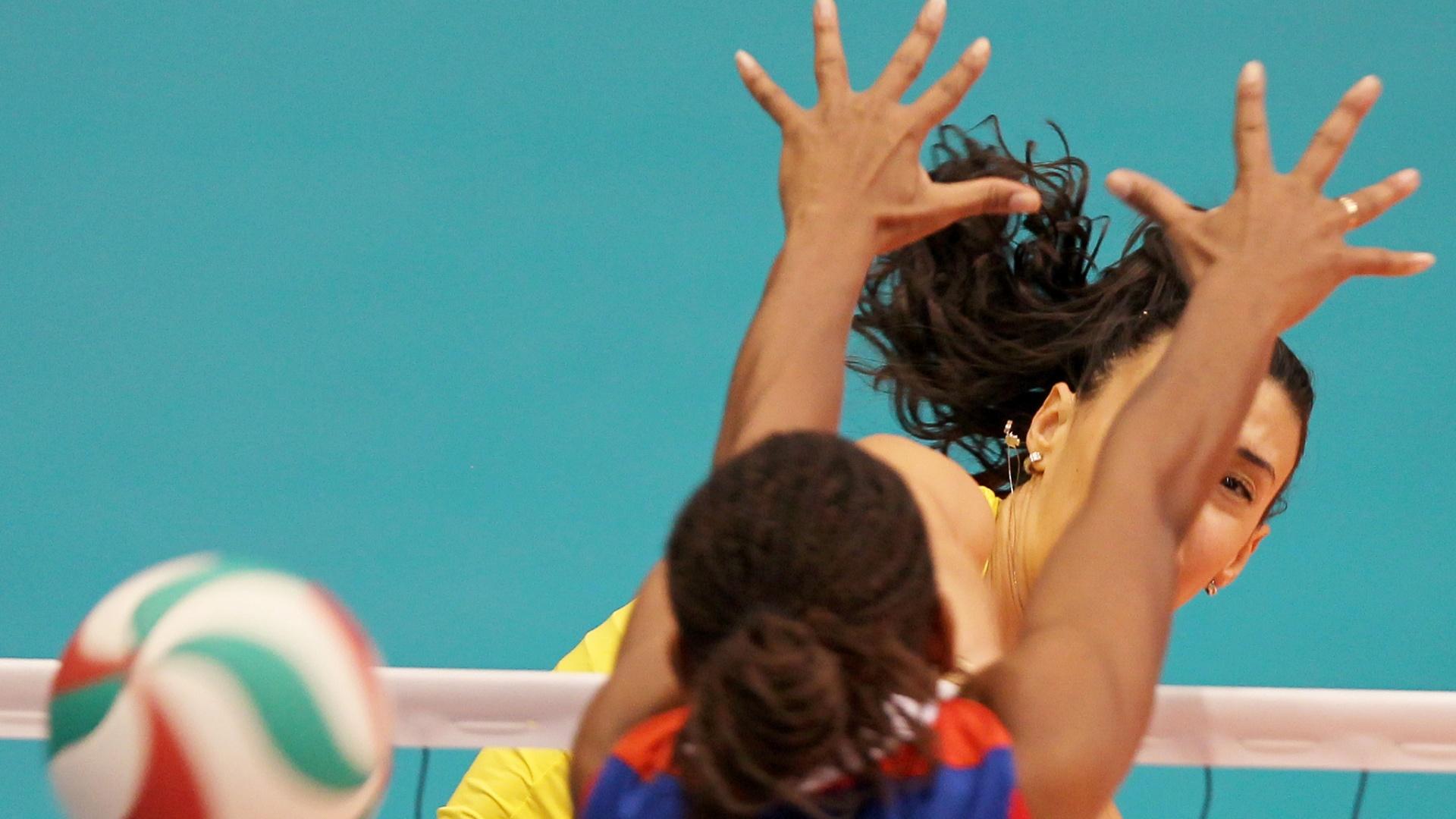 Sheilla supera o bloqueio da cubana Palacio e marca ponto para o Brasil na final do Pan-Americano (21/10/2011)