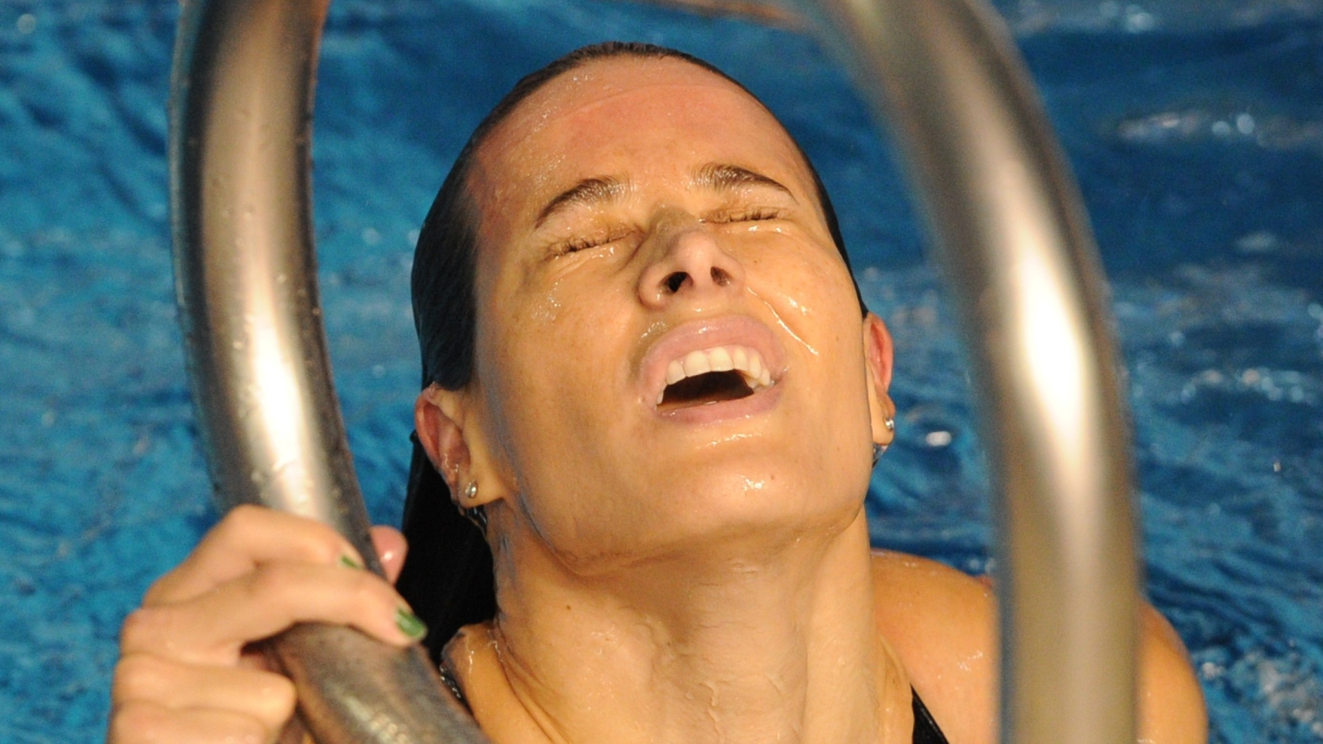 Tatiana Lemos deixa a piscina após integrar a equipe brasileira do revezamento 4x100 m medley (21/10/2011)