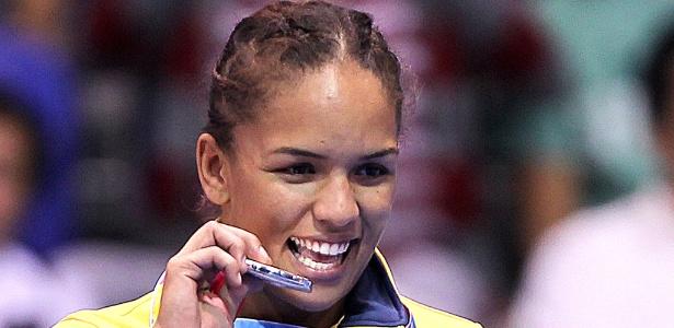 Aline Ferreira morde a medalha conquistada na categoria até 72 kg da luta olímpica