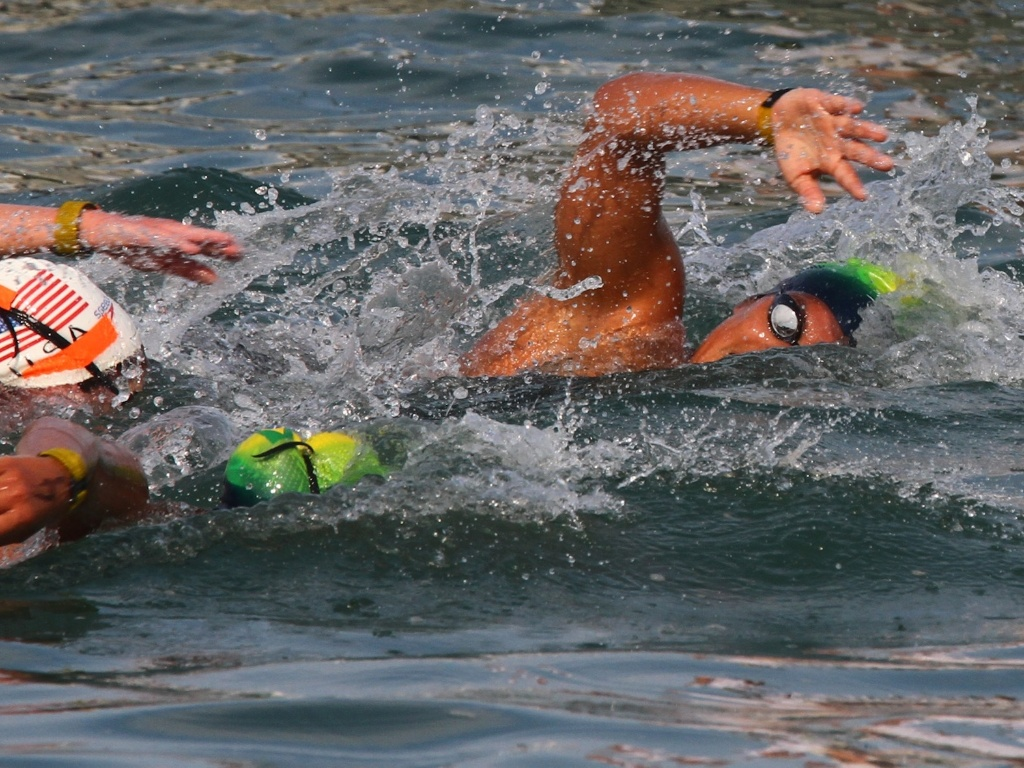As brasileiras Poliana Okimoto (dir) e Ana Marcela Cunha representaram o Brasil na maratona aquática em Guadalajara (22/10/2011)