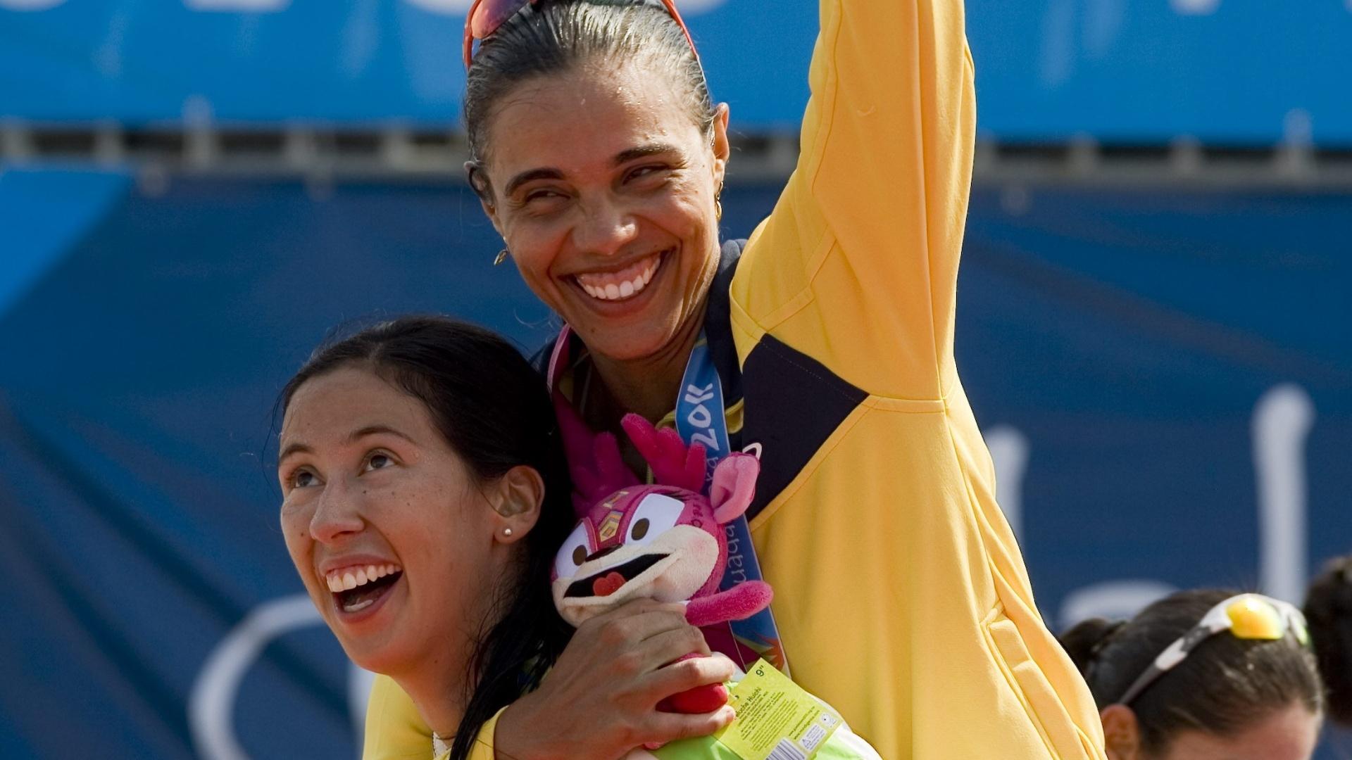 Bibiana Candela carrega Juliana após final no vôlei de praia (21/10/2011)