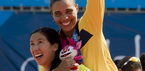 Mexicana deixou rivalidade de lado e carregou Juliana após a decisão no vôlei de praia