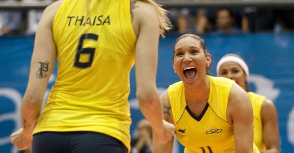 Brasileiras do vôlei comemoram ponto, enquanto é possível ver a tatuagem de Thaísa, durante jogo da seleção campeã pan-americana