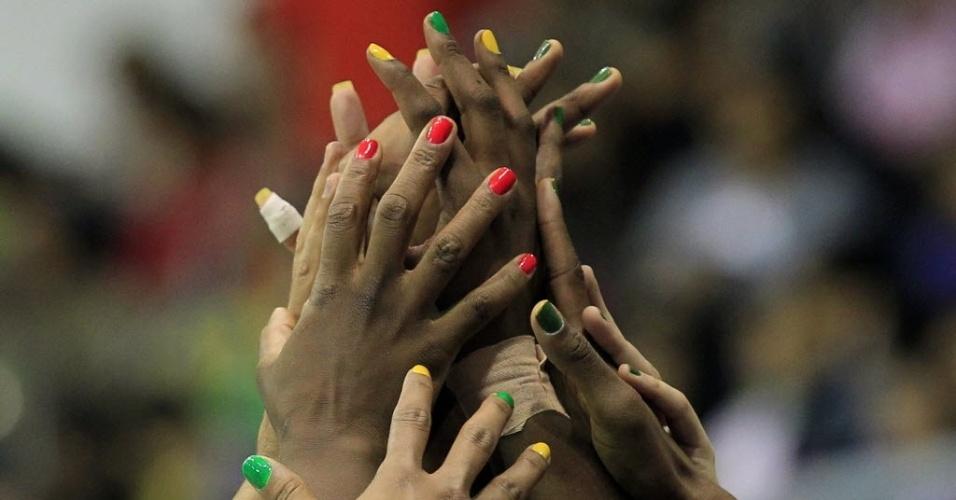 Brasileiras exibem unhas multicoloridas antes de partida pelo Pan de Guadalajara, neste sábado, com vitória sobre a Jamaica (22/10/2011)