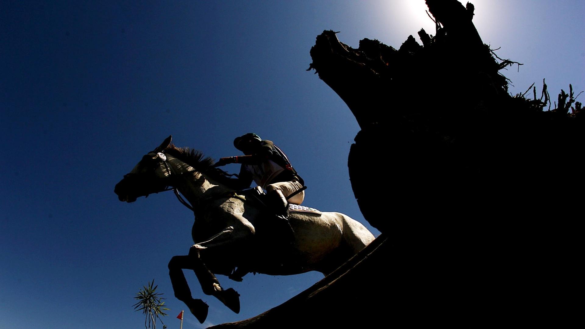 Cavaleiro brasileiro Serguei Fofanoff disputa prova do cross country durante a competição do CCE no hipismo (22/10/2011)