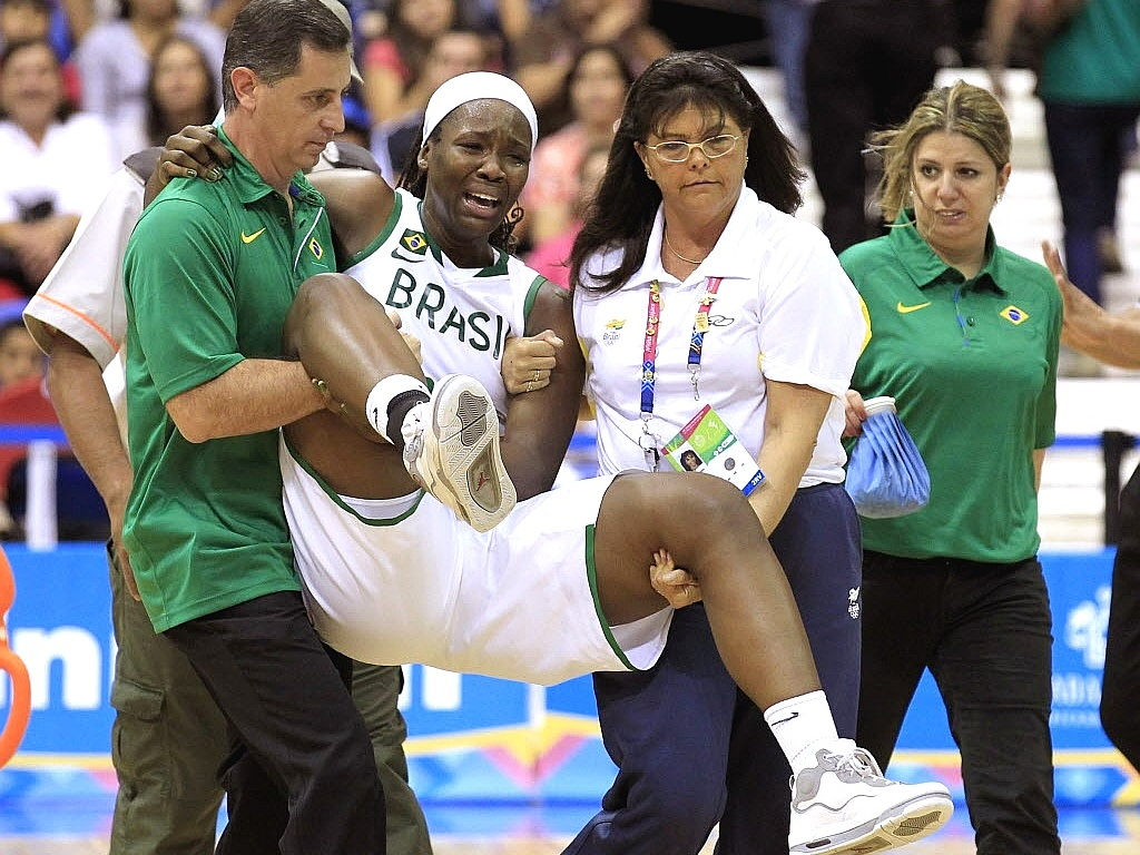 Clarissa é carregada de quadra durante a vitória do Brasil na disputa do basquete no Pan-2011 (22/10/2011)