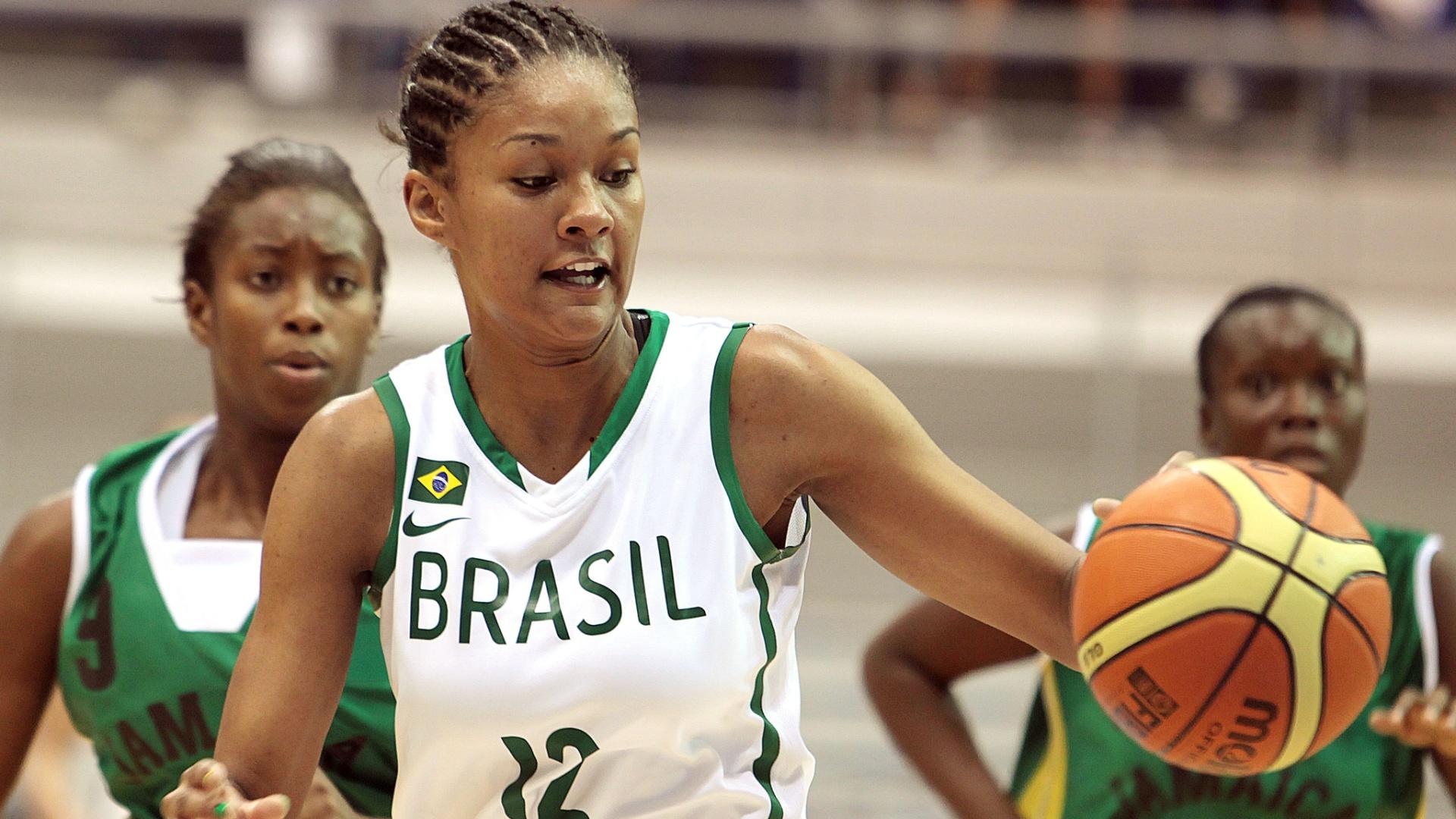 Damiris controla a bola na frente da marcação na partida entre Brasil e Jamaica pelo basquete do Pan (22/10/2011)