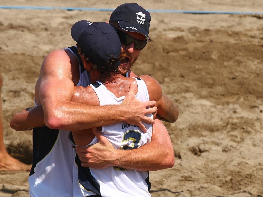 Emanuel e Alison se abraçam na conquista do ouro no vôlei de praia do Pan em Puerto Vallarta (22/10/2011)