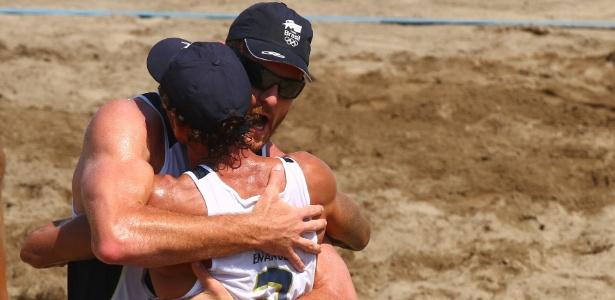 Emanuel e Alison se abraçam na conquista da medalha de ouro no vôlei de praia do Pan