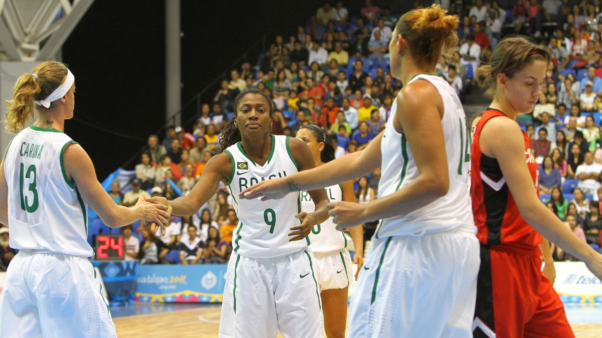 Jaqueline (ao centro) cumprimenta companheiras da seleção brasileira feminina de basquete do Pan (21/10/2011)