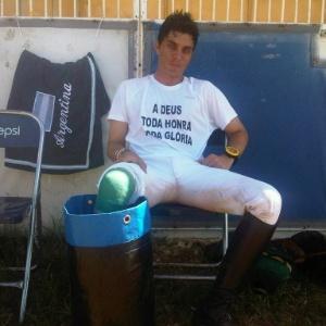 Mal concluiu a prova de cross-country, Jesper Martendal mergulhou a perna direita num balde com gelo, como parte da fisioterapia necessária para recuperar a perna direita, que sofreu fratura exposta