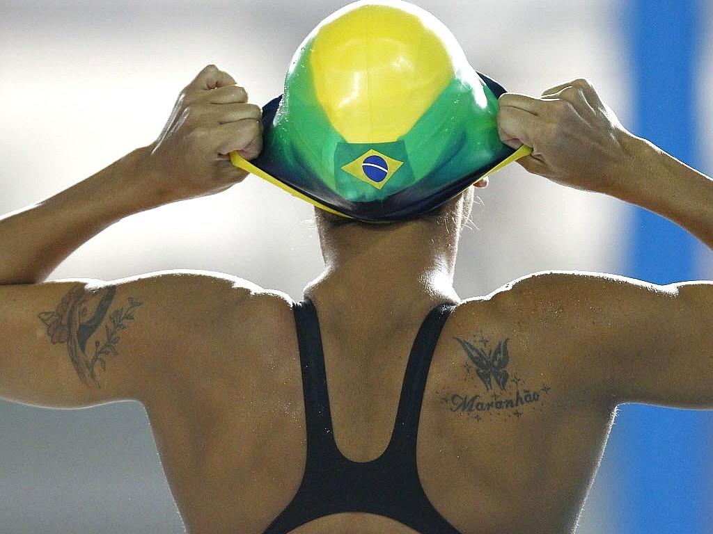Joanna Maranhão se prepara para nadar e exibe tatuagens no braço e nas costas em Guadalajara
