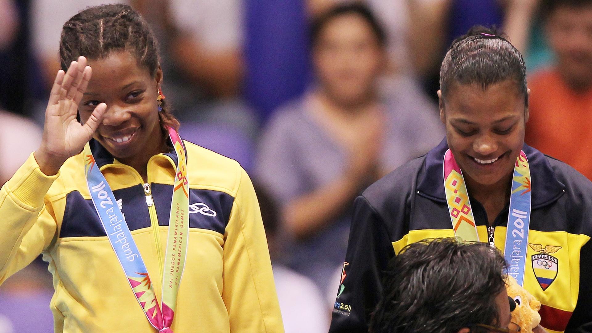 Joice Silva recebe a medalha de bronze conquistada na luta olímpica (22/10/2011)
