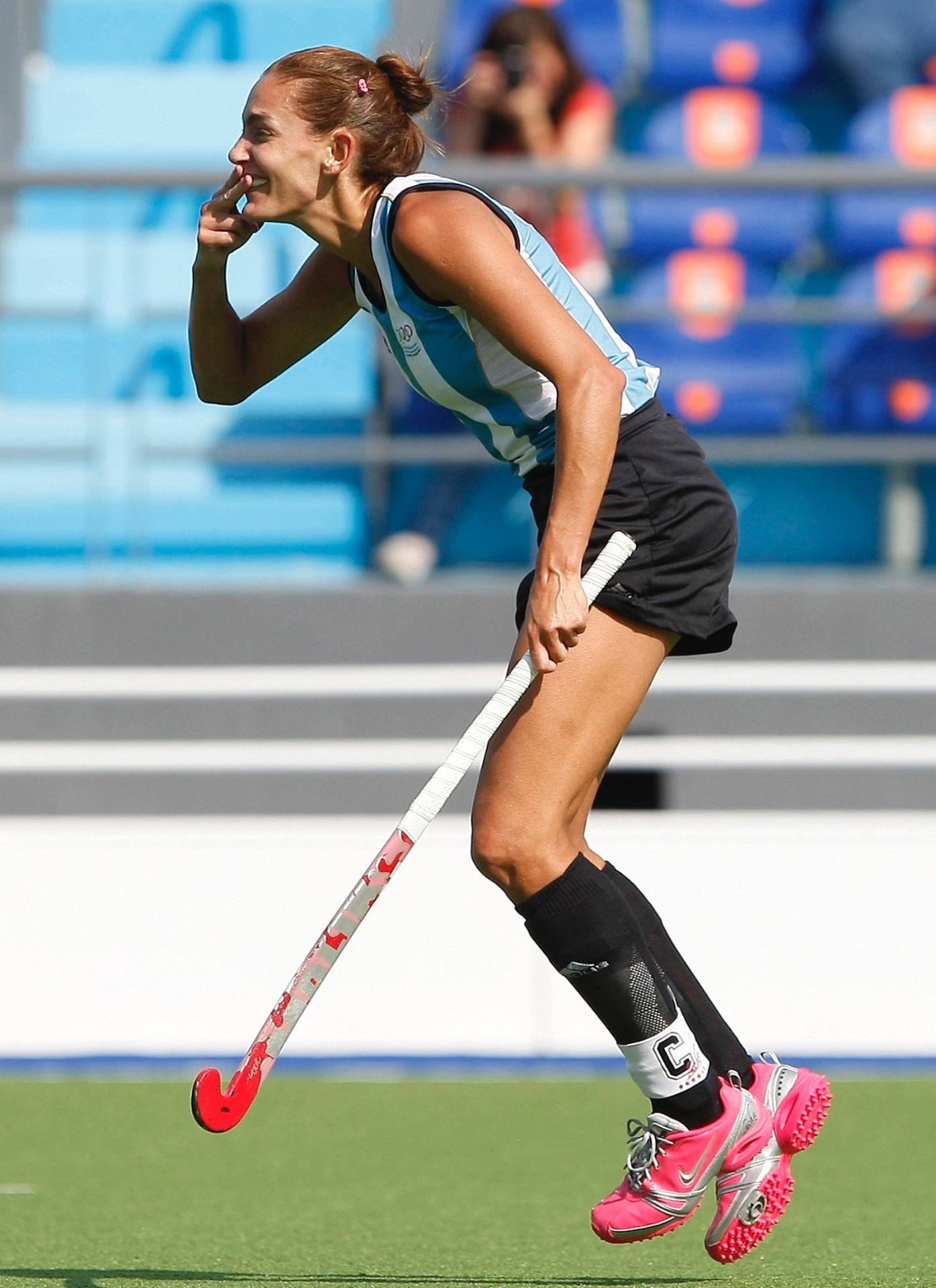 Luciana Aymar, musa do hóquei argentino, comemora gol contra o Canadá no Pan