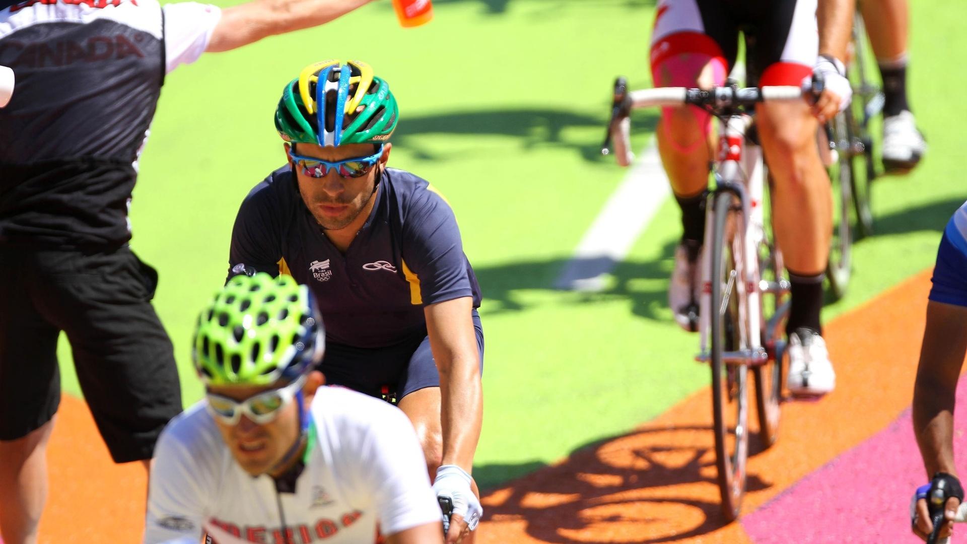 Murilo Fischer disputou o ciclismo de estrada, mas não conseguiu terminar a prova (22/10/2011)