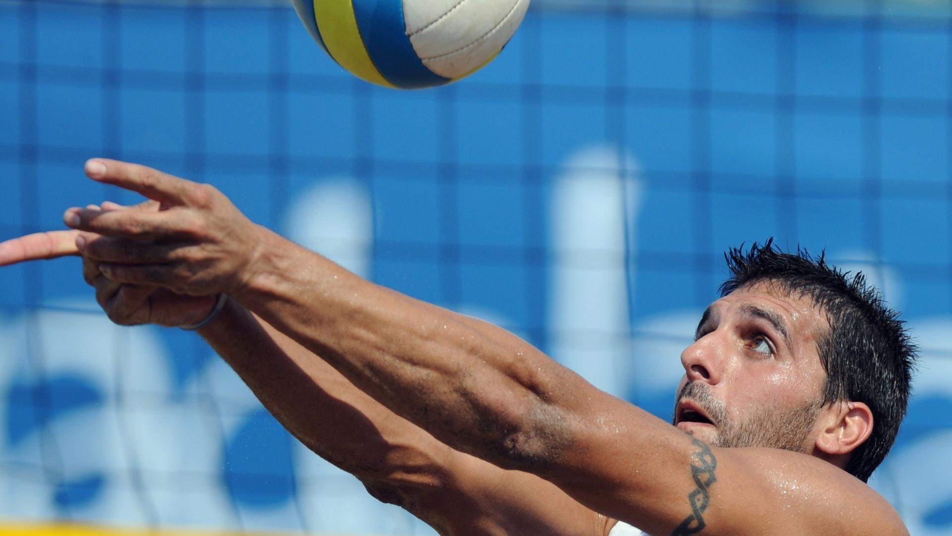 Nicolas Zanotta, do Uruguai, durante jogo das quartas de final do vôlei de praia contra a dupla brasileira