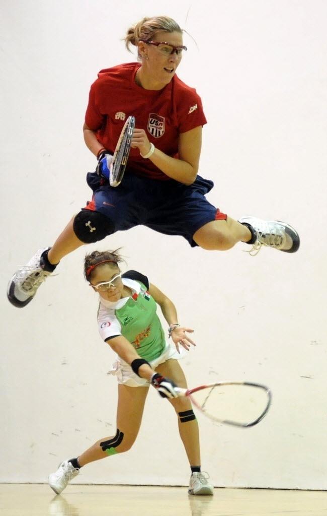 Mexicana Paola Longoria devolve bola, enquanto a norte-americana Rhonda Rajsich