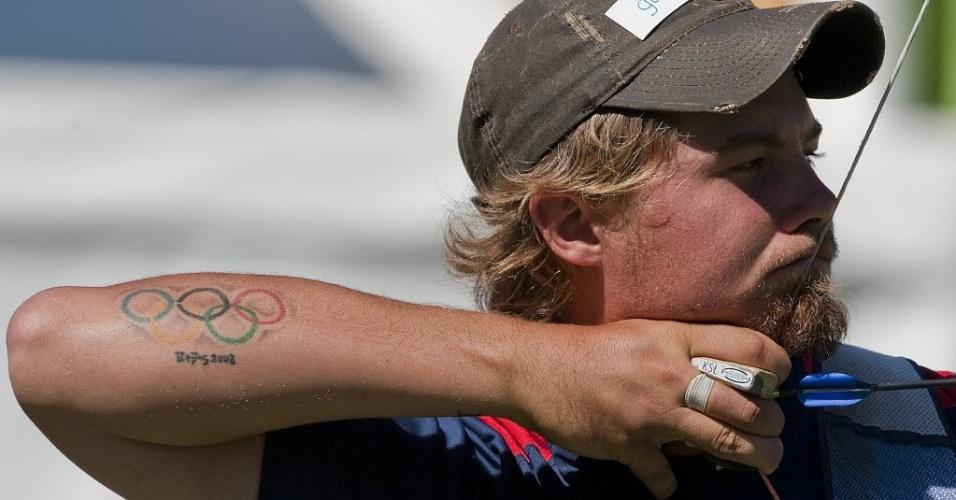 Norte-americano Brady Ellison exibe na pele sua lembrança de Pequim-2008, e fatura o ouro no tiro com arco no Pan de Guadalajara (22/10/2011)