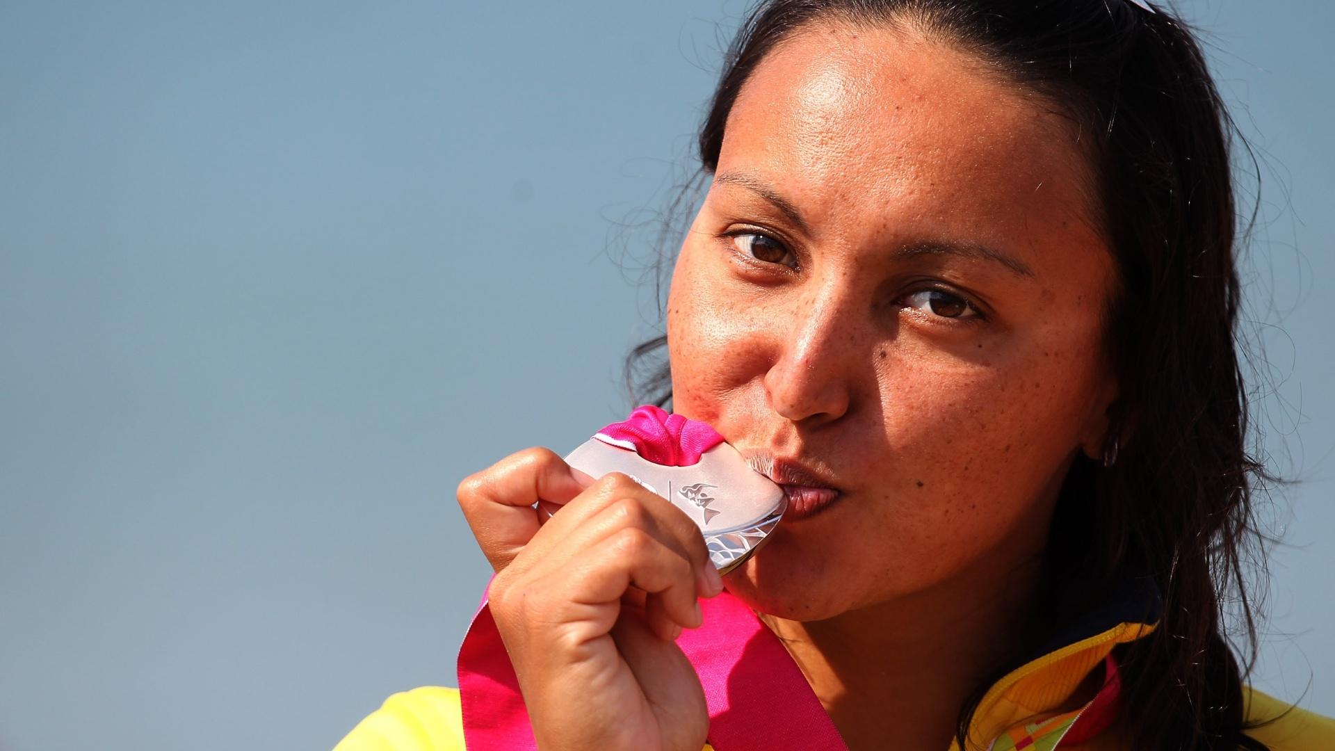 Poliana Okimoto beija a medalha de prata após chegar na 2ª colocação da maratona aquática em Guadalajara (22/10/2011)