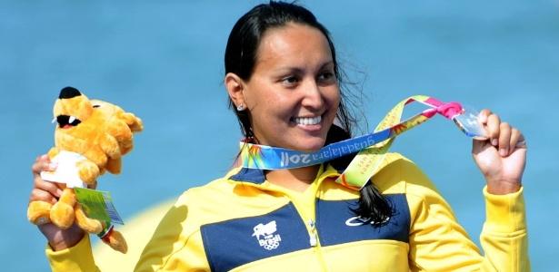 Poliana Okimoto beija a medalha de prata após chegar na 2ª colocação da maratona