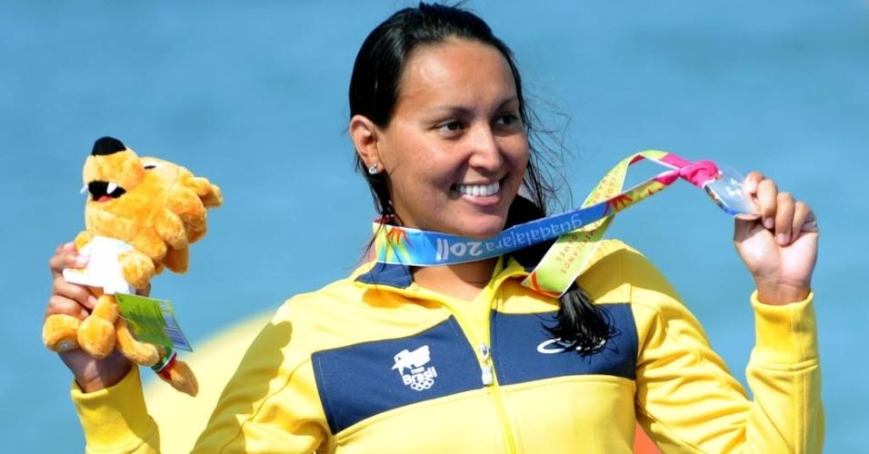 Poliana Okimoto comemora sua medalha de prata na maratona aquática, tal qual conquistou em 2007, no Pan do Rio (22/10/2011)