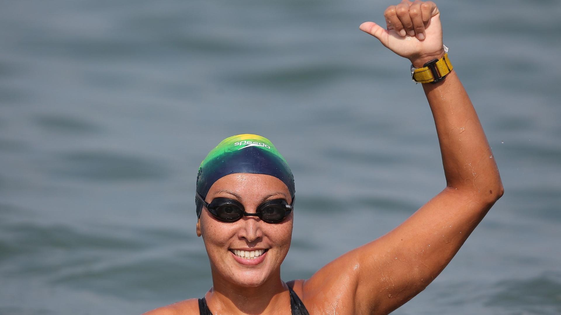 Poliana Okimoto vibra após ficar com a medalha de prata na maratona aquática em Guadalajara (22/10/2011)