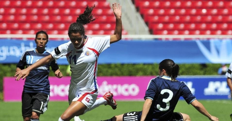 Raquel Rodriguez, da Costa Rica, dribla a zagueira argentina Gabriela Barrios, em jogo pelo torneio de futebol do Pan