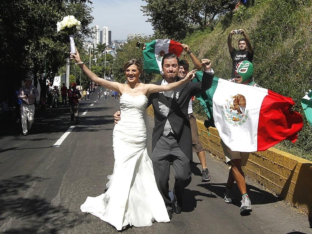 Recém-casados, mexicanos vão para a rua e acompanham prova de ciclismo de rua no Pan de Guadalajara (22/10/2011)