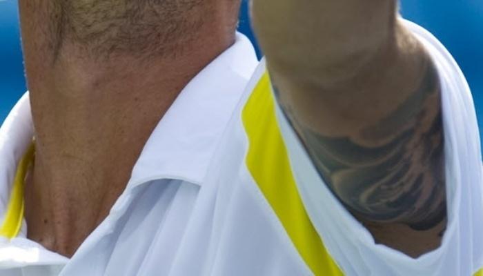 Rogerio Dutra deixa aparecer sua tatuagem no braço esquerdo enquanto saca em partida do Pan
