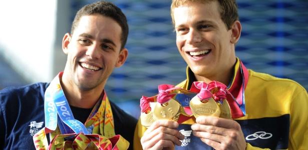 Thiago Pereira e Cesar Cielo mostram as medalhas de ouro conquistadas no Pan-2011