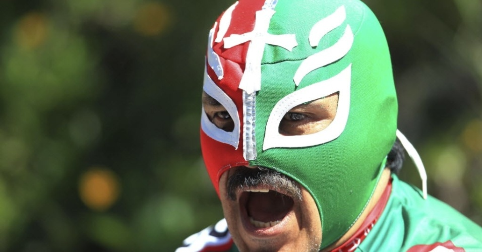 Torcedor mexicano vai assistir à disputa do ciclismo de estrada com mascara de