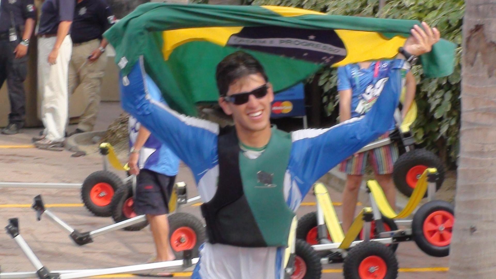 Velejador Matheus Dellagnelo comemora a medalha de ouro na classe Sunfish no Pan (22/10/2011)