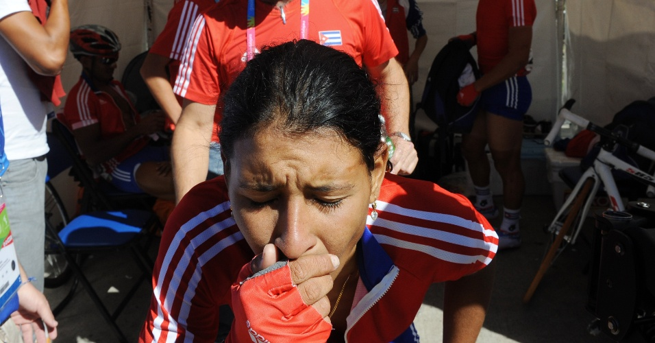 A cubana Arlenis Sierra se emociona com a vitória na prova de ciclismo de estrada em Guadalajara
