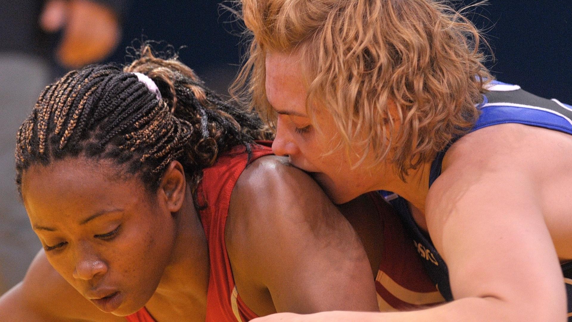 A cubana Katerina Vidiaux é agarrada pela norte-americana Elena Pirozhkov em combate de luta olímpica