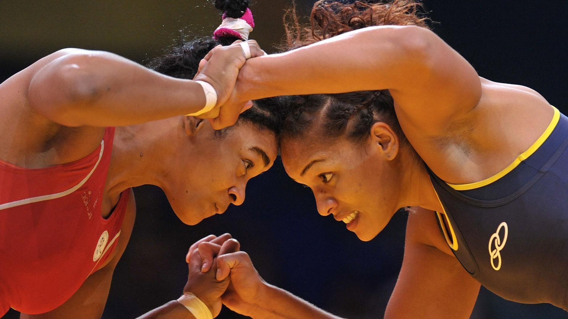 Lisset Hechevarria, de Cuba, e a brasileira Aline Ferreira se enfrentam na luta olímpica