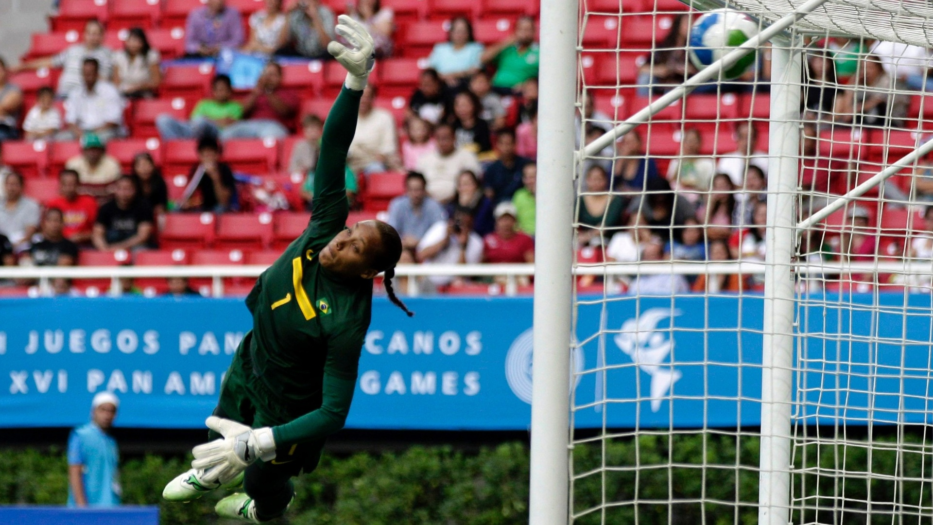 A goleira Bárbara se estica toda, mas não consegue evitar o gol da Costa Rica