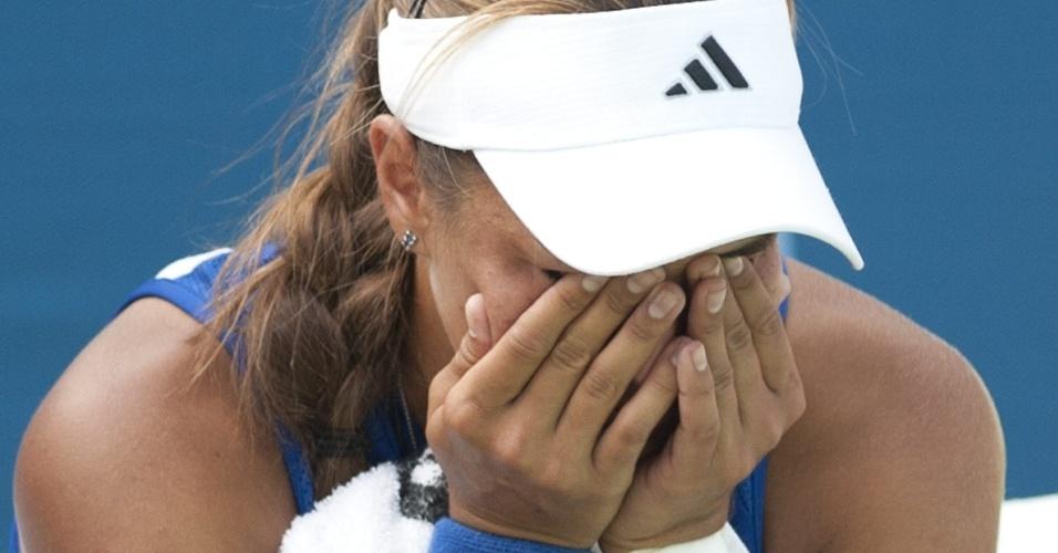 A tenista portorriquenha Mônica Puig chora depois de ser eliminada pela norte-americana Irina Falconi