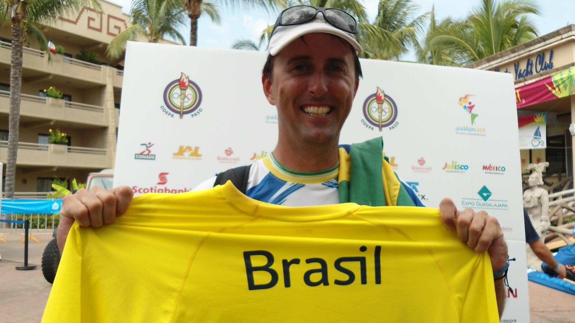 Alexandre Saldanha mostra a camisa amarela que virou seu amuleto no Pan