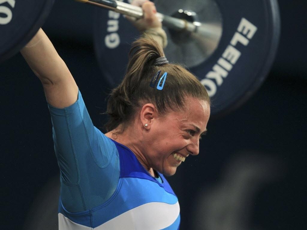 Argentina Maria Cavero se esforça durante a prova do levantamento de peso na categoria 48kg (23/10/2011)