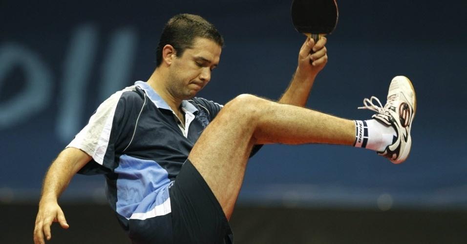 Argentino Pablo Tabachnik reage durante duelo de tênis de mesa contra o brasileiro Thiago Monteiro